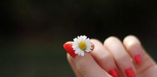 Jak nałożyć naklejki na paznokcie?